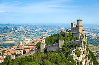 Republic of San Marino, San Marino City: Fortress of Guaita on top of Monte Titano | Republik San Marino, San Marino Stadt: die Festung La Guaita auf dem Monte Titano