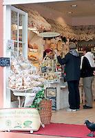 Germany, Baden-Wuerttemberg, Heidelberg: bakery selling organic products only  | Deutschland, Baden-Wuerttemberg, Heidelberg: Baeckerei mit ausschliesslich biologischen Produkten