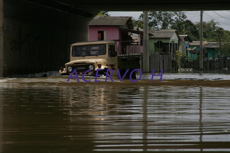 A defesa civil continua com o trabalho de   remo&ccedil;&atilde;o de pessoas desabrigadas e monitoramento do rio Acre, que  durante o dia de hoje o  se manteve est&aacute;vel na casa 15,23m  (situa&Aacute;&bdquo;o de transbordamento). sendo monitorado a cada tr&ecirc;s horas. Agora uma das maiores preocupa&ccedil;&otilde;es da defesa civil,  s&atilde;o as fortes chuvas que caem na cabeceira do rio Acre no munic&iacute;pio de Assis Brasil na fronteira com Peru.<br /> Rio Branco, Acre, Brasil<br /> Foto Odair Leal<br /> 21/02/2014