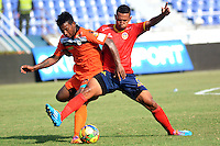 BARRANQUIILLA -COLOMBIA-6-AGOSTO-2014. Julian Mendoza (Izq) de Real Cartagena disputa el balon con James Sanchez  de Uniautonoma , partido de la Copa Postobon septima fecha disputado en el estadio Metroplitano. /  Julian Mendoza (L) of Real Cartagena dispute the ball with JJames Sanchez  Uniaut—noma , party date Postobon seventh Cup match at the Metropolitano stadium   Photo: VizzorImage / Alfonso Cervantes / Stringer