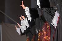 Danseuses en costume folklorique presentant leurs mains pour signifier un arret