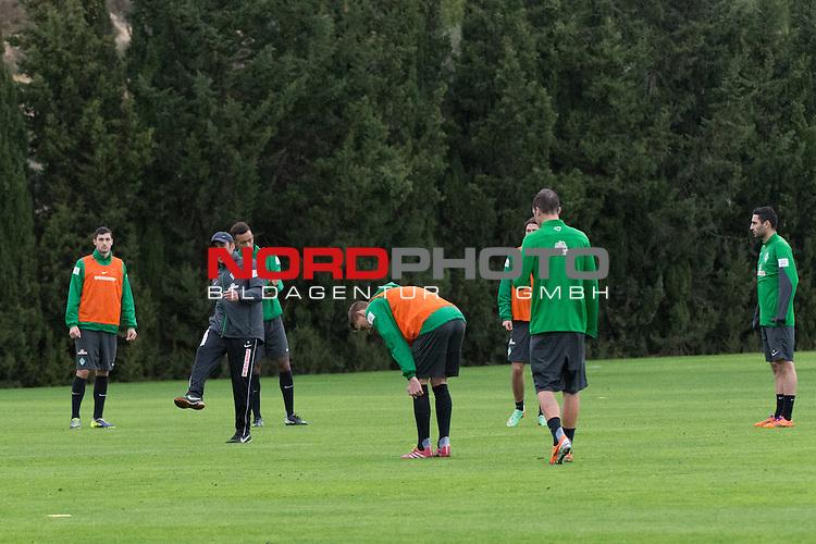Trainingsgel&auml;nde, Jerez, ESP, 1.FBL, Trainingslager Werder Bremen 2014,  13.01.2014, <br /> <br /> Taktierklaerung beim Training <br /> Robin Dutt (Trainer Werder Bremen)<br /> <br /> Luca-Milan Zander (Bremen #39) Torben Rehfeldt (Bremen #19) Melvyn Lorenzen (Bremen #22)<br /> Julian von Haacke (Bremen #38)<br /> Mehmet Ekici (Bremen #10)<br /> <br /> <br /> <br /> <br /> Foto &copy; nordphoto/ Kokenge