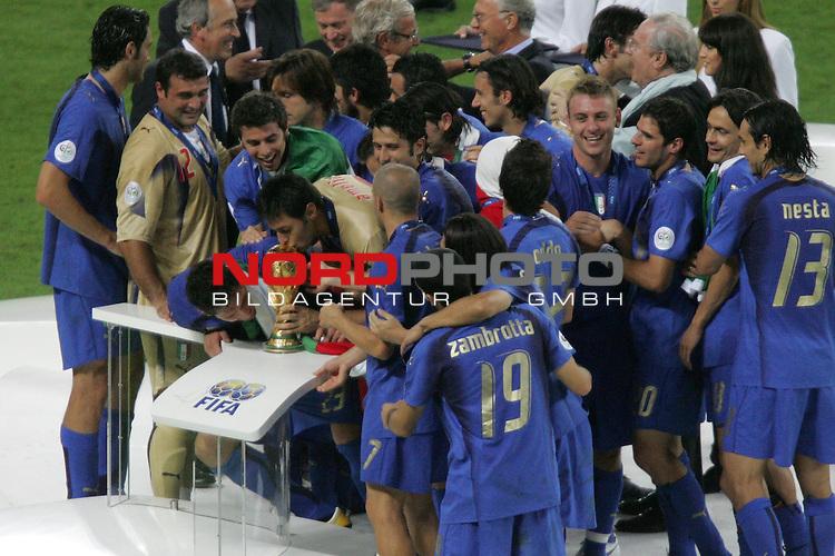 FIFA WM 2006 -  Final - Finale<br /> Play    #64  (09. Juli ) Italien - Frankreich 5:3 n. E. <br /> <br /> Die Spieler von Italien k&uuml;ssen bei der Siegerehrung den Pokal.<br /> <br /> Foto &copy; nordphoto