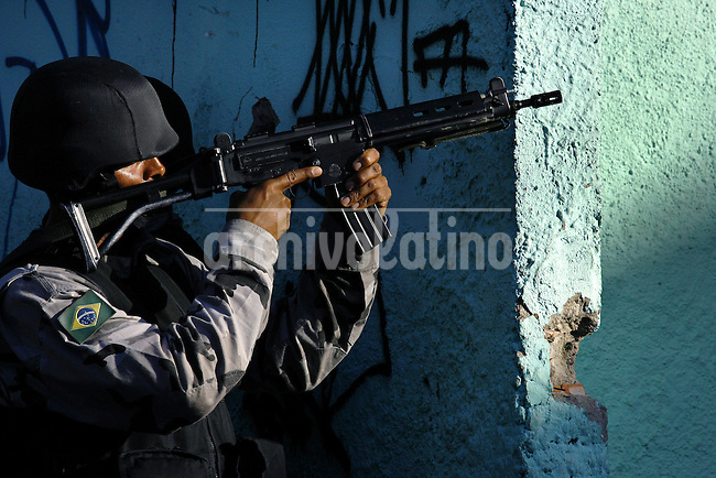 A Brazil's police takes position during an operation against gangs of drug traffickers in the Complexo de Alemao slum in Rio de Janeiro, Brazil, June 23, 2007.  Rio de Janeiro is one of Brazil's most violence-plagued cities with an annual homicide rate of around 50 per 100,000 residents. (FOTO:GILBERTO MENDES/.AUSTRAL FOTO)