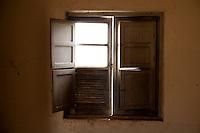 Tres Coracoes_MG, Brasil...Janela de uma construcao abandonada em Tres Coracoes...A window of a desert construction in Tres Coracoes...Foto: LEO DRUMOND / NITRO.....