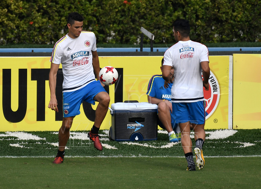 BARRANQUILLA - COLOMBIA  –  03  – 10 -  2017: Giovanni Moreno (Izq.) y Radamel Falcao Garcia (Der.), jugadores de la Selección Colombia, durante entreno en el estadio Metropolitano Roberto Melendez. El equipo colombiano se prepara en Barranquilla para el partido contra la selección de Paraguay el 05 de octubre, partido clasificatorio a la Copa Mundial de la FIFA Rusia 2018. / Giovanni Moreno (L) and Radamel Falcao Garcia (R), Colombia national team players, during a training at the Metropolinano Roberto Melendez Stadium. Colombia team prepares for the match against Paraguay team on October 05, qualifying for the FIFA World Cup Russia 2018.  Photo: VizzorImage / Luis Ramirez/ Staff.