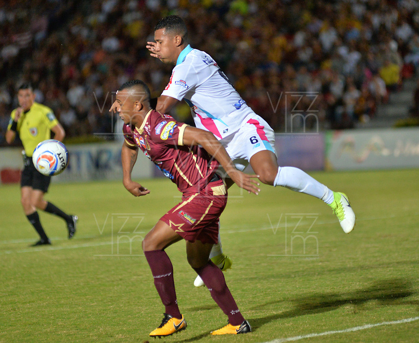 IBAGUE - COLOMBIA , 5 -11 - 2017.Acción de juego entre los equipos Deportes Tolima y Atlético Junior   durante encuentro  por la fecha 19 de la Aguila II 2017 disputado en el estadio Manuel  Murillo Toro./ Action game between Deportes Tolima and Atletico Junior during match for the dat 19 of the Aguila League II 2017 played at Manuel Murillo Toro stadium. Photo:VizzorImage / Juan Carlos Escobar  / Contribuidor
