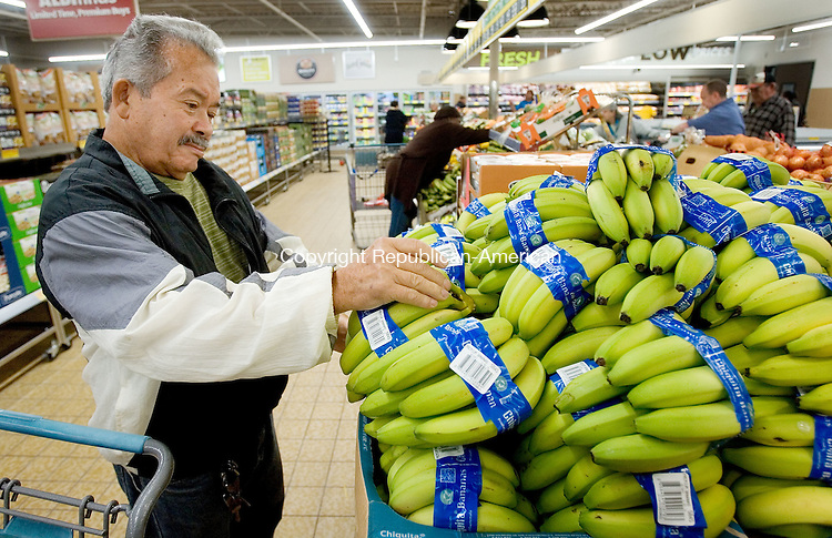 WATERBURY CT. 28 September 2015-092815SV04-Quintin Maldonado of Waterbury shops for Bananas at Aldi on Chase Avenue in Waterbury Monday. German-owned grocer Aldi held a media preview and ribbon-cutting ceremony for the reopening of its Waterbury store on Monday. The store will have new healthier options such as organic produce, USDA Choice beef and Simply Nature line of products. <br /> Steven Valenti Republican-American