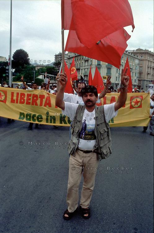genova luglio 2001, proteste contro il g8. corteo di curdi. --- genoa july 2001, protests against g8 summit. kurds demonstration