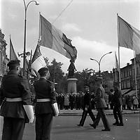 Le 13 Mai 1962. Vue d'un défilé militaire devant la statue de Jeanne D'Arc.