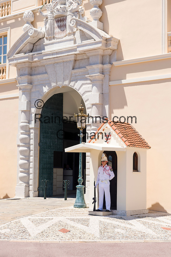 Principality of Monaco, on the French Riviera (Côte d'Azur), district Monaco-Ville: guard at Prince's Palace of Monaco | Fuerstentum Monaco, an der Côte d'Azur, Stadtteil Monaco-Ville: Wachposten vorm Fuerstenpalast Palais Princier