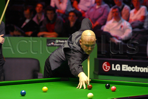 November 23, 2003: English player MARK KING in action during his third round match against Hunter in the Travis Perkins UK Championship Finals at the York Barbican Centre. KING lost to Hunter 9 - 8. Photo: Neil Tingle/Action Plus...snooker 031123