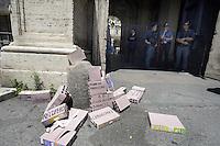Roma, 18 Giugno 2012.In occasione della scadenza per il pagamento dell'IMU.Protesta contro lo strapotere delle banche del coordinamento cittadino di lotta per la casa davanti la sede dell'ABI.Associazione Banche Italiane che i manifestanti rinominano Associazione Boss Italiani.I manifestanti poi si muovono in corteo verso la prefettura dove si uniscono agli inquilini in sciopero della fame..Mattoncini all'entrata contro le banche