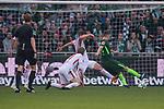 15.04.2018, Weser Stadion, Bremen, GER, 1.FBL, Werder Bremen vs RB Leibzig, im Bild<br /> <br /> 1 zu 0 Niklas Moisander (Werder Bremen #18) gegen Willi Orban (RB Leipzig #04) und P&eacute;ter Gul&aacute;csi / Peter Gulacsi (RB Leipzig #32)<br /> <br /> Foto &copy; nordphoto / Kokenge