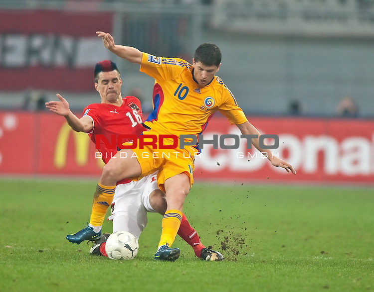 WM Qualifikation 2010, Europa, Gruppe 7, Österreich vs Rumänien, Wörthersee Arena Klagenfurt, Austria, im Bild zweikampf ÖFB Team Spieler Paul SCHARNER, Nation AUT, Born 11.03.1980, Club Wigan Athletic vs Rumänische Team Spieler Cristian TAeNASE, Nation ROU, Born 18.02.1987, Club FC Arges ,                                                                                                   Foto:   nph ( nordphoto ) / J. Groder