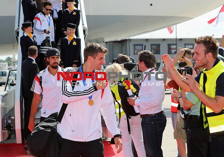 15.07.2015, Tegel, Berlin, Ankunft der deutschen Nationalmannschaft,   <br /> <br /> Thomas Mueller (DFB) Begr&uuml;&szlig;t einen Fan am Flughafen, dahinter Sami Khedira (DFB) <br /> <br /> Foto &copy; nordphoto