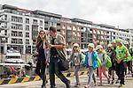 Gdańsk, (woj. pomorskie) 18.07.2016. Dzieci na kolonii letniej zwiedzają port jachtowy w centrum Gdańska.