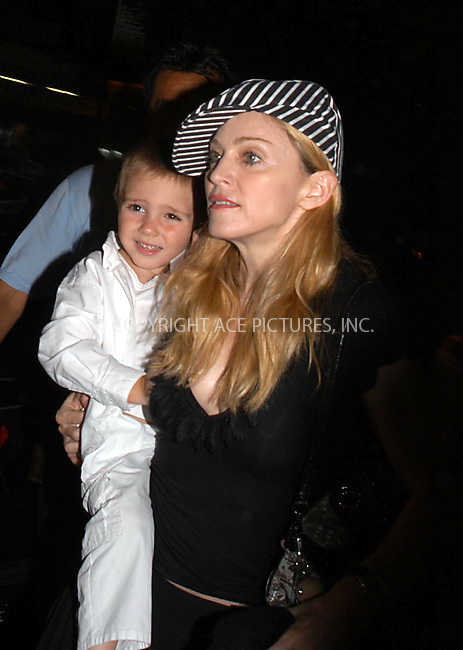 NEW YORK.  MADONNA  ARRIVES AT KABALLAH CENTER FOR EVENING SERVICES.  BOCKLET.