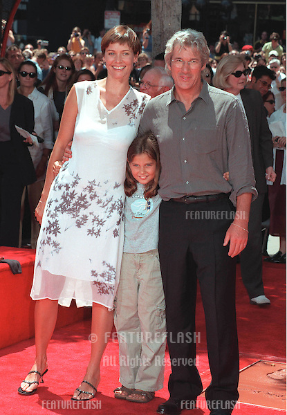 26JUL99: Actor RICHARD GERE & actress girlfriend CAREY LOWELL & her daughter HANNAH at Mann's Chinese Theatre, Hollywood, where he had his hand & footprints set in cement..© Paul Smith / Featureflash