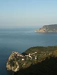 Village de Corniglia perche sur une pointe rocheuse Parc national des Cinque Terre. Ligurie. Italie