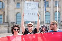 """Die Bundesvereinigung Trans* veranstaltete am Donnerstag den 5. Juli 2018 vor dem Bundestag zusammen mit Bundestagsabgeordeneten der FDP, der SPD, der Gruenen und der Linkspartei ihre Auftaktaktion zur Kampagne """"Gleiches Recht fuer jedes Geschlecht! - Stoppt Seehofers Gesetzentwurf zur dritten Option!"""".<br /> Laut Verfassungsgericht muss der Gesetzgeber bis zum 31. Dezember 2018 entweder die Moeglichkeit eines positiven dritten Geschlechtseintrags ermoeglichen oder auf die Registrierung des Geschlechts ganz verzichten. Das Bundesinnenministerium hat einen Gesetzentwurf vorgelegt, der die Moeglichkeit eines dritten positiven Geschlechtseintrags vorsieht – allerdings nur fuer Personen, die mit einer aerztlichen Bescheinigung nachweisen koennen, dass bei ihnen eine """"Variante der Geschlechtsentwicklung"""" vorliegt. Damit wird der Zugang nur denjenigen eroeffnet, die bestimmte medizinische Diagnosen haben.<br /> In  mittlerweile sechs Entscheidungen hat das Bundesverfassungsgericht das Transsexuellengesetz (TSG) in grossen Teilen fuer verfassungswidrig erklaert und eine Reform angemahnt.<br /> Die Bundesvereinigung Trans* fordert:<br /> - Die Anpassung der deutschen Gesetzgebung an europaeische und internationale Menschenrechtsstandards!<br /> - Das Recht auf Selbstbestimmung des Geschlechtseintrags fuer alle!<br /> - Die Anerkennung des breiten Spektrums trans*- und intergeschlechtlicher Lebensweisen!<br /> - Einen Gesetzentwurf, der auf Selbstbestimmung basiert und endlich menschenrechtskonform der Geschlechtervielfalt von trans* und inter* Menschen Rechnung traegt!<br /> 05.7.2018, Berlin<br /> Copyright: Christian-Ditsch.de<br /> [Inhaltsveraendernde Manipulation des Fotos nur nach ausdruecklicher Genehmigung des Fotografen. Vereinbarungen ueber Abtretung von Persoenlichkeitsrechten/Model Release der abgebildeten Person/Personen liegen nicht vor. NO MODEL RELEASE! Nur fuer Redaktionelle Zwecke. Don't publish without copyright Christian-Ditsch.de, Veroeffentlichung nur """