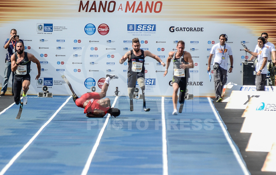 RIO DE JANEIRO, RJ, 05.06.2016 - ATLETISMO-RJ  - Atleta norte americano, Richard Browne, sofre queda após a largada da prova paralímpica, categoria T44, durante o desafio Mano a Mano, na Quinta da Boa Vista, na manhã deste domingo, 05.   (Foto: Jayson Braga / Brazil Photo Press)