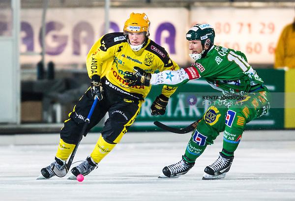 Stockholm 2014-02-21 Bandy SM-kvartsfinal 3 Hammarby IF - Vetlanda BK :  <br /> Vetlandas Joakim Andersson i kamp om bollen med Hammarbys Stefan Erixon <br /> (Foto: Kenta J&ouml;nsson) Nyckelord: