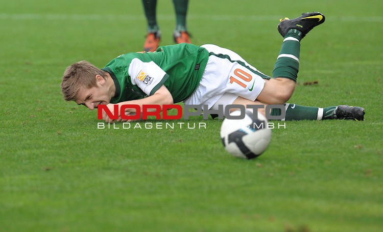 FBL 09/10  07. Spieltag Hinrunde / Weser Stadion<br /> Werder Bremen - Mainz05<br /> <br /> Marko Marin ( Bremen GER #10 ) AM BODEN<br /> <br /> Foto &copy; nph ( nordphoto )