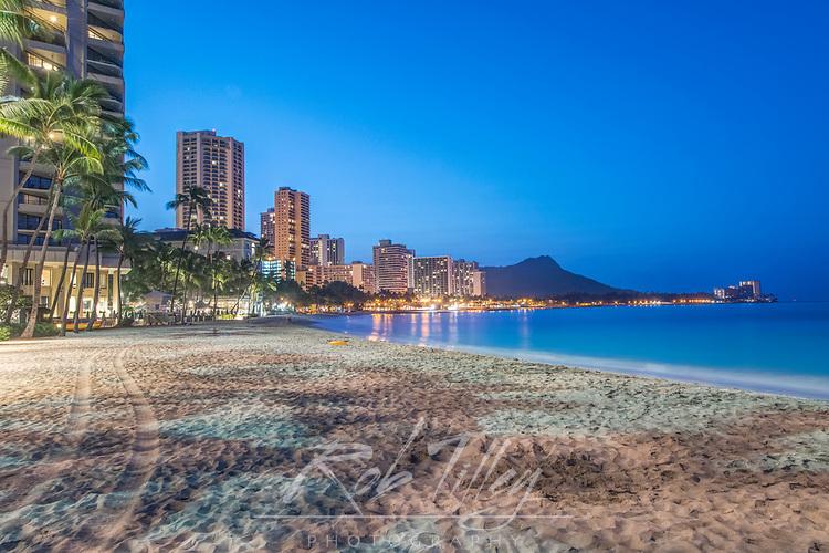 USA, HI, Honolulu, Waikiki Beach & Diamond Head at Dawn
