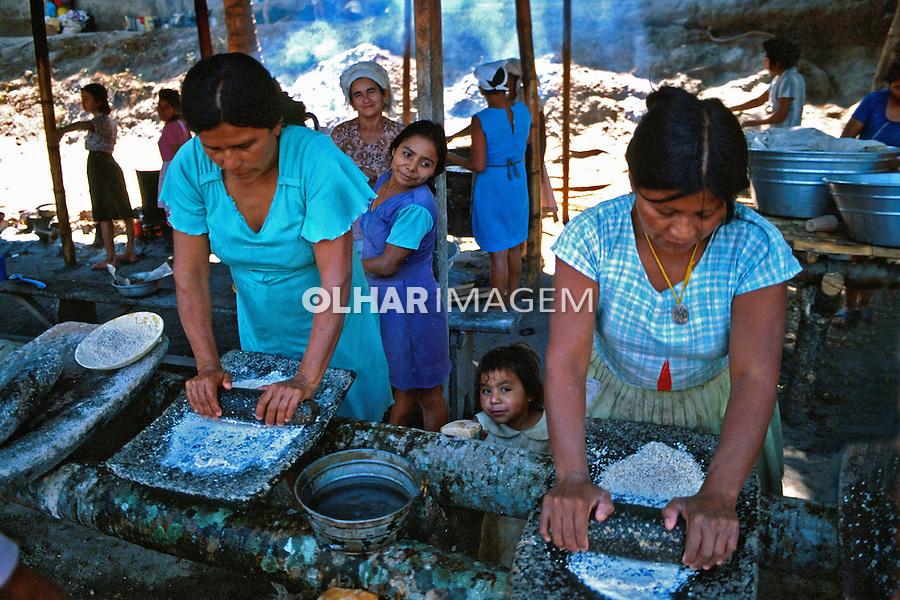 Acampamento de refugiados da guerra civil. El Salvador. 1982. Foto de Juca Martins.