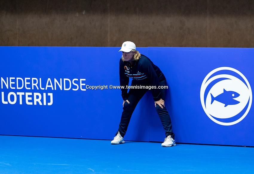 Alphen aan den Rijn, Netherlands, December 16, 2018, Tennispark Nieuwe Sloot, Ned. Loterij NK Tennis, Lineswoman<br /> Photo: Tennisimages/Henk Koster