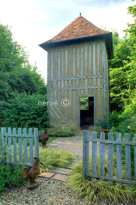 Jardins du pays d'Auge (mention obligatoire dans la légende ou le crédit photo) : devant le poulailler, espace clos avec escalier bordé d'Acorus gramineus 'Ogon'.
