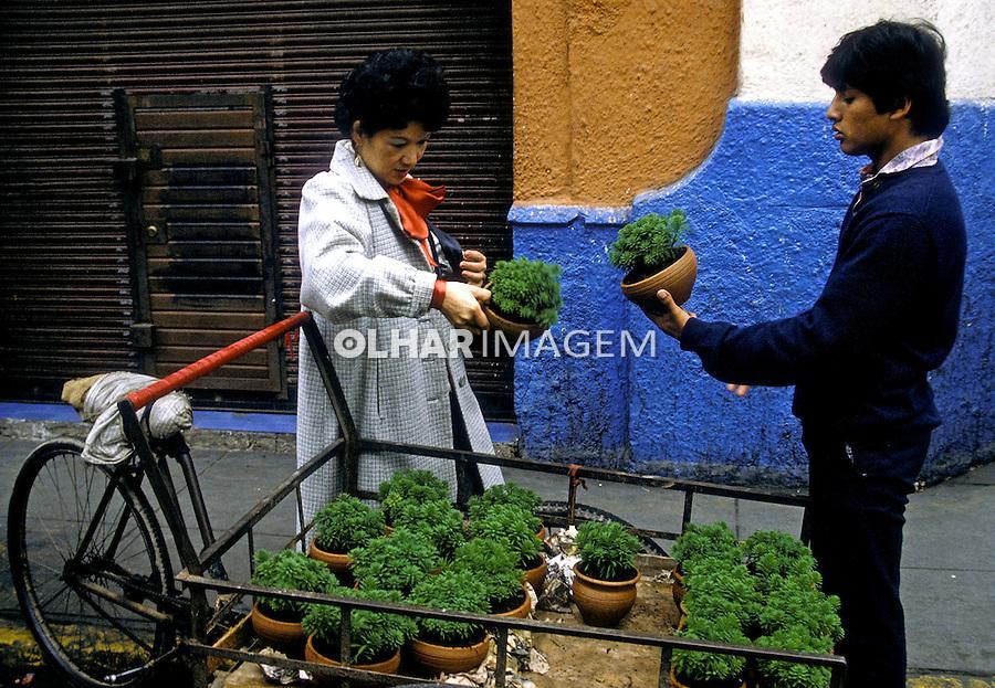 Venda de plantas no centro de Lima. Perú. Foto de Juca Martins. Data: 1994