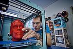 Nederland, Geldrmalsen, 30-01-2013 .Erik de Bruijn C- founder Ultimaking LTD met een 3 D print van zijn eigen hoofd.  FOTO: Gerard Til