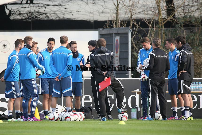 Bundestrainer Jogi Loew bei seiner Ansprache an die anwesenden acht Spieler - Training der Deutschen Nationalmannschaft in Frankfurt