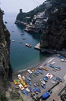 Europe/Italie/Côte Amalfitaine/Campagnie/Praiano : La plage et le port