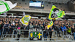Stockholm 2014-01-10 Bandy Elitserien Hammarby IF - Sandvikens AIK :  <br />  Hammarby supportrar p&aring; kortsidesl&auml;ktaren under matchen<br /> (Foto: Kenta J&ouml;nsson) Nyckelord:  supporter fans publik supporters