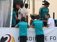 Bundestrainer Joachim Loew (Deutschland Germany) sieht der Mannschaft im Fitnesszelt zu - 26.05.2018: Training der Deutschen Nationalmannschaft zur WM-Vorbereitung in der Sportzone Rungg in Eppan/Südtirol