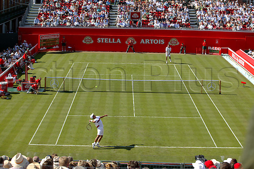 7 June 2004: South Korean player HYUNG-TAIK LEE (KOR) serves during his first round victory in the men's singles against Rusedski. Lee won 3-6, 6-3, 6-4. Stella Artois Championships, Queens Club, London. Photo: Steve Bardens/Action Plus...040607 player Tennis ...040607 player Tennis.serve serves serving service crowd crowds.spectators