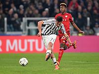 FUSSBALL CHAMPIONS LEAGUE  SAISON 2015/2016 ACHTELFINAL HINSPIEL Juventus Turin - FC Bayern Muenchen             23.02.2016 Paulo Dybala (vorn, Juventus Turin) erzielt gegen David Alaba (FC Bayern Muenchen) das Tor zum 2-2 Ausgleich