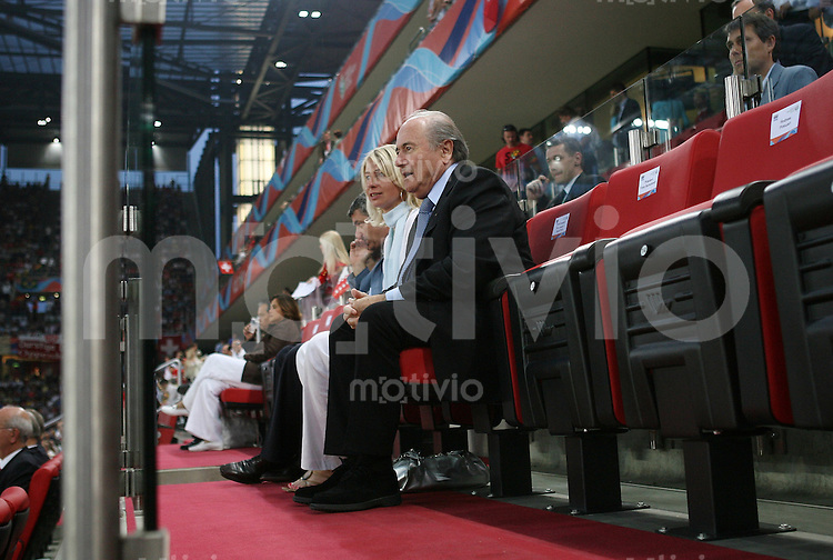 Fussball WM 2006   Achtelfinale    Schweiz - Ukraine FIFA-Praesident Joseph BLATTER (re) beobachtet mit seiner Lebensgefaehrtin Ilona das Spiel auf der Tribuene im FIFA-WM Stadion Koeln
