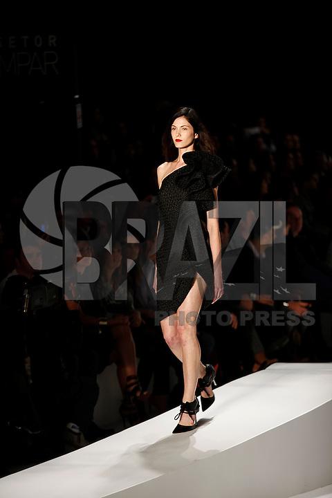 SAO PAULO, 11 DE JUNHO DE 2012. SAO PAULO FASHION WEEK VERAO 2013.  A marca apresenta a coleção verão 2013 durante a  33 edição da São Paulo Fashion Week na Bienal. FOTO: ADRIANA SPACA - BRAZIL PHOTO PRESS