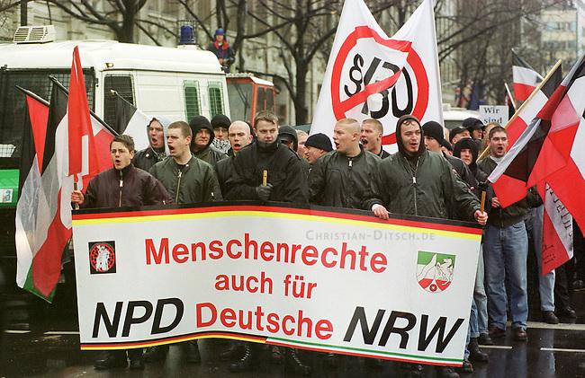 Gegen das in Berlin geplante Holocaustmahnmal rief ein sog. Buendnis gegen das Holocaustmahnmal zu einer Demonstration. 6-700 Skinheads und Rechtsextreme aus dem gesamten Bundesgebiet kamen zu der gerichtlich durchgesetzten Demonstration. Es waren fast ausschliesslich NPD-Mitglieder und Sympathiesanten. Die Organisation der Demonstration lag fest in den Haenden sogenannten Freier Kameradschaften.<br /> Hier: NPD-Mitglieder und Sympathiesanten aus Nordrhein-Westphalen ziehen Parolen rufend ueber die Strasse Unter den Linden. Auf einem Transparent wird die Abschaffund des Paragraphen 130 (Volksverhetzung) gefordert.<br /> Berlin, 29.1.2000<br /> Copyright: Christian-Ditsch.de<br /> [Inhaltsveraendernde Manipulation des Fotos nur nach ausdruecklicher Genehmigung des Fotografen. Vereinbarungen ueber Abtretung von Persoenlichkeitsrechten/Model Release der abgebildeten Person/Personen liegen nicht vor. NO MODEL RELEASE! Nur fuer Redaktionelle Zwecke. Don't publish without copyright Christian-Ditsch.de, Veroeffentlichung nur mit Fotografennennung, sowie gegen Honorar, MwSt. und Beleg. Konto: I N G - D i B a, IBAN DE58500105175400192269, BIC INGDDEFFXXX, Kontakt: post@christian-ditsch.de<br /> Bei der Bearbeitung der Dateiinformationen darf die Urheberkennzeichnung in den EXIF- und  IPTC-Daten nicht entfernt werden, diese sind in digitalen Medien nach &sect;95c UrhG rechtlich gesch&uuml;tzt. Der Urhebervermerk wird gemaess &sect;13 UrhG verlangt.]