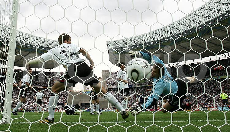 Fussball WM 2006 Viertelfinale in Berlin, Deutschland - Argentinien Torwart Jens Lehmann (GER, re.) bekommt das Tor zum 0:1 durch Roberto Ayala (ARG).