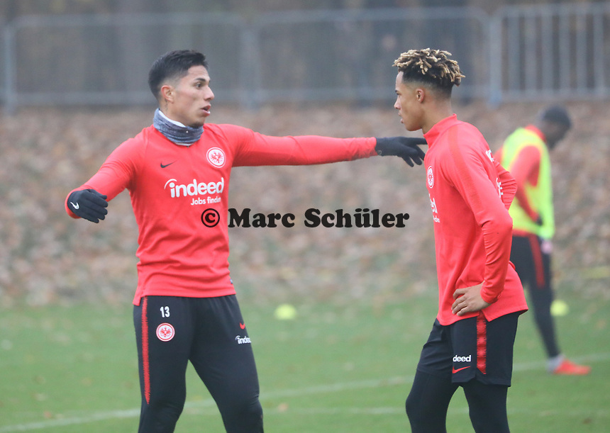 Carlos Salcedo (Eintracht Frankfurt) und Jonathan de Guzman (Eintracht Frankfurt) - 14.11.2018: Eintracht Frankfurt Training, Commerzbank Arena, DISCLAIMER: DFL regulations prohibit any use of photographs as image sequences and/or quasi-video.