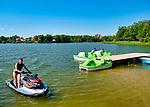 Mrągowo 2019-08-23. Letni wypoczynek nad jeziorem Czos  w Mrągowie mieście w województwie warmińsko-mazurskim, popularnym ośrodku wypoczynkowym na Mazurach.