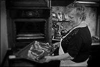 Europe/France/Aquitaine/40/Landes/Dax: Repas chez Madame Aimé, Boucherie: Maison Aimé, Simone Aimé met au four les côtes de Boeuf gras de  Chalosse