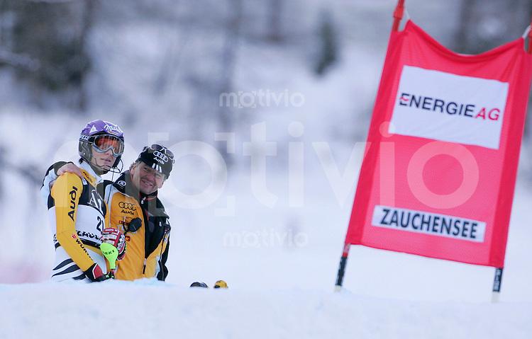 Ski-Alpin Worldcup 2008/2009  Zauchensee Damen 17.01.2009 Kombination Slalom Maria Riesch (li, GER)  wird von Cheftrainer Mathias Berthold  nach ihrem Ausfall getroestet.