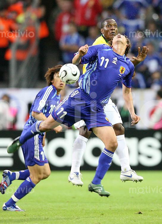 Fussball WM 2006  Gruppenspiel  Vorrunde Japan - Brasilien Selichiro MAKI (vorne, JPN) gegen GILBERTO (BRA)