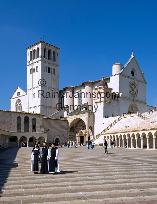 ITA, Italien, Umbrien, Assisi: Basilika San Francesco mit der Piazza Inferiore San Francesco | ITA, Italy, Umbria, Assisi: Basilica San Francesco and Piazza Inferiore San Francesco